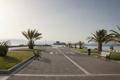 Promenade au port de la ville de Nafplio photographie stock libre de droits