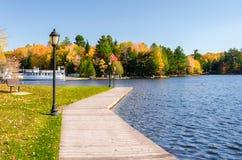Promenade auf einem Mountainsee im Herbst Lizenzfreie Stockfotografie