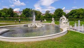 Promenade autour de la fontaine de style romain au palais de belvédère photos libres de droits