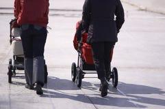 Promenade avec la voiture d'enfant image libre de droits