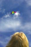Promenade avec le cerf-volant Image stock
