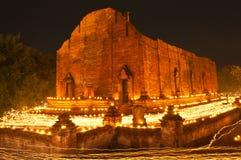 Promenade avec les bougies allumées à disposition autour du temple Images libres de droits