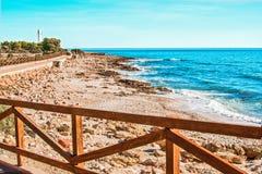 Promenade avec une balustrade en bois le long de la mer Photographie stock libre de droits