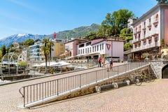 Promenade célèbre de lac dans la vieille ville d'Ascona image stock