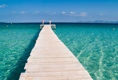 Promenade claire de mer et de panneau Photo stock
