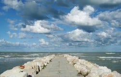 'promenade' concreta hacia fuera hacia el océano Foto de archivo libre de regalías