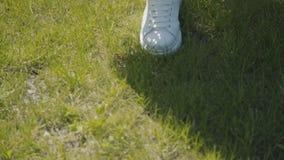 Promenade d'été, démarche facile La fille fait un pas doucement sur l'herbe clips vidéos