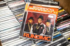 Promenade d'album de CD de course-DMC de cette façon, le meilleur de sur l'affichage à vendre, groupe américain célèbre d'houblon photographie stock libre de droits