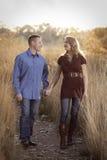 Promenade d'après-midi de couples Photographie stock