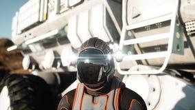Promenade d'astronaute sur la planète étrangère Martien trouble dessus Concept de la science fiction rendu 3d Photo stock