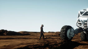 Promenade d'astronaute sur la planète étrangère Martien trouble dessus Concept de la science fiction rendu 3d Photos libres de droits