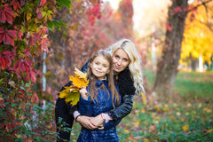 Promenade d'automne de fille de maman image stock
