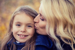 Promenade d'automne de fille de maman photographie stock