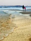 Promenade d'hiver par la mer baltique, la mère et la fille Photographie stock libre de droits