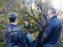 Promenade d'homme et de femme en parc d'automne photos stock