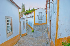 Promenade dans des rues médiévales d'Obidos image stock