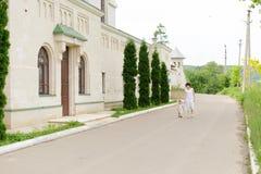 Promenade dans la cour Photographie stock libre de droits