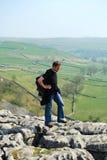 Promenade dans la crique de Malham, vallées de Yorkshire (R-U) Image stock