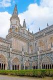 Promenade dans le cloître royal du monastère de Batalha Images libres de droits