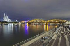 Promenade de bord de mer à Cologne, Allemagne photos libres de droits