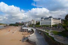 Promenade de bord de mer d'EL Sardinero et plage de surfer l'espagne Photographie stock libre de droits