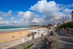 Promenade de bord de mer d'EL Sardinero et plage de surfer l'espagne Photos stock