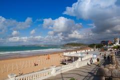 Promenade de bord de mer d'EL Sardinero et plage de surfer l'espagne Image stock