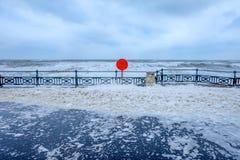 Promenade de bord de mer dans une tempête, mousse de la mer partout dans les RP Photographie stock