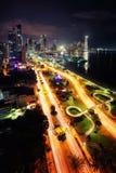 'promenade' de ciudad de Panamá en el horizonte de la noche imagenes de archivo