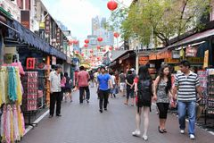 Promenade de clients par Chinatown de Singapour Photos stock