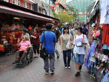 Promenade de clients par Chinatown de Singapour Photo libre de droits