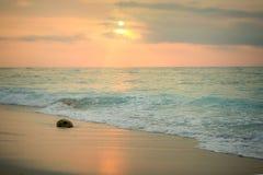 Promenade de coucher du soleil de bord de la mer Image stock