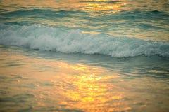 Promenade de coucher du soleil de bord de la mer Images stock