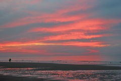 Promenade de coucher du soleil de 2 amants Images libres de droits
