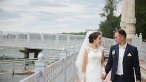 Promenade de couples d'amusement sur le dock, pilier banque de vidéos