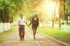 Promenade de couples en parc Image libre de droits