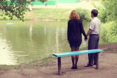 Promenade de couples en parc Images libres de droits