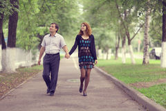 Promenade de couples en parc Photo stock