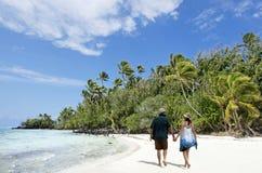 Promenade de couples sur l'île de Rapota dans le cuisinier Islands de lagune d'Aitutaki Photographie stock