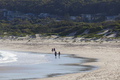Promenade de deux couples sur une plage. Baie de Fingal. Australi photo stock