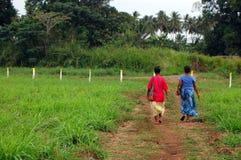 Promenade de deux femmes à la route de gravier Photo libre de droits