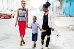 Promenade de deux jeunes femmes avec le petit garçon Photographie stock libre de droits