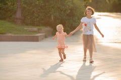 Promenade de deux soeurs en parc Image stock