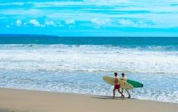 Promenade de deux surfers à la plage Photos libres de droits