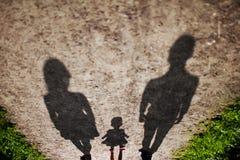 Promenade de famille au coucher du soleil Image stock