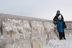 Promenade de famille d'hiver à la plage de Darlowo Image libre de droits