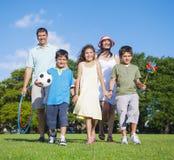 Promenade de famille en stationnement images stock
