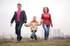 Promenade de famille extérieure. ville. Photographie stock libre de droits