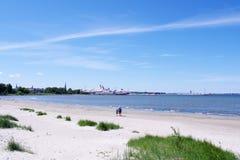 Promenade de famille sur la plage Photographie stock libre de droits