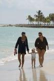 Promenade de famille sur la plage Image stock